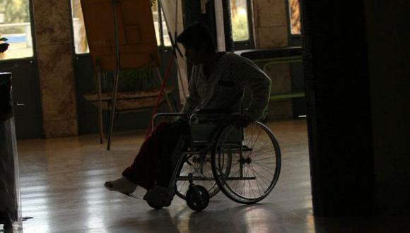Niños con silla de ruedas no cuentan con la facilidad de rampas de acceso en un 48% de colegios. (Perú21)