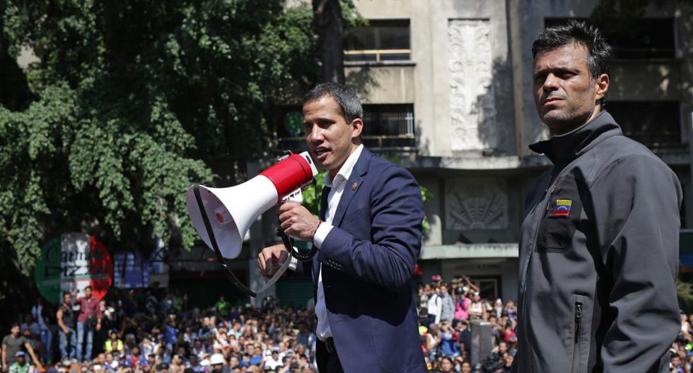 El líder opositor venezolano Juan Guaidó (centro) habla con simpatizantes junto al destacado político Leopoldo López, en Caracas (Venezuela), el 30 de abril de 2019. (AFP / Cristian HERNANDEZ).