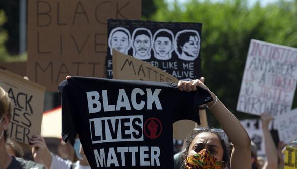 Los manifestantes caminan por la calle 16 hacia la Casa Blanca, durante un mitin al norte de Lafayette Square para protestar contra la brutalidad policial y el racismo, el pasado 7 de junio de 2020 en Washington, DC. (Jose Luis Magana / AFP)