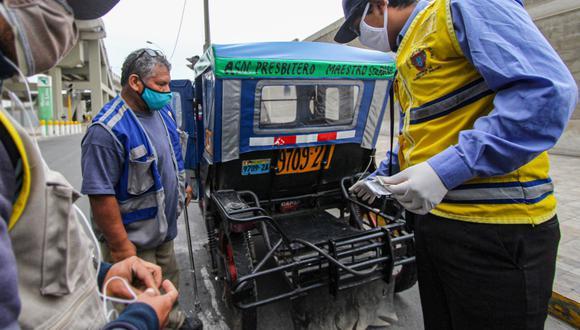 Los inspectores de tránsito la Municipalidad de Lima además verifican el cumplimiento de las medidas de bioseguridad, como el uso correcto de la mascarilla. (MML)