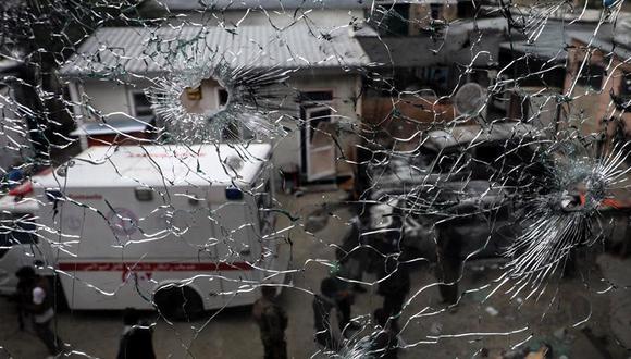 Una ventana llena de balas en la escena de un ataque en el hospital MSF (Médicos sin Fronteras), en Kabul, Afganistán. (Foto: EFE/EPA)