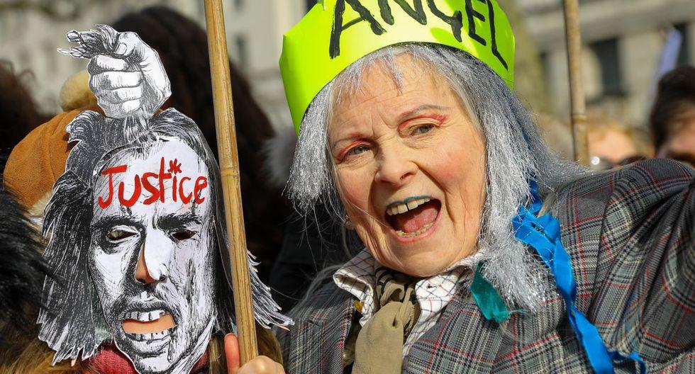 """La diseñadora de moda y activista Vivienne Westwood, ataviada con una cinta fluorescente en la que podía leerse """"Angel"""", también estaba presente. (EFE)."""