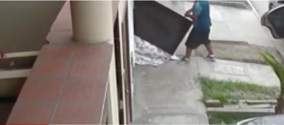 Delincuentes roban casa de ex policía, pero devuelven la TV porque no entraba en el auto. (América Noticias)