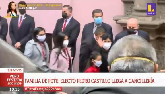Pedro Castillo: Critican a quien gritó a la familia del presidente para que salude a las cámaras. (Foto: Captura)