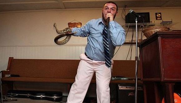 Su padre, Jamie Coots, también fue mordido por una serpiente y murió a los pocos minutos en el año 2014. | Foto: Twitter / @infowe