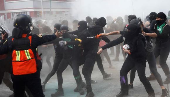 Miembros de un colectivo feminista chocan con policías durante una protesta para conmemorar el Día Internacional del Aborto Seguro en la Ciudad de México, México. (Foto: REUTERS / Carlos Jasso).