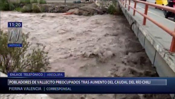 Tras las intensas lluvias en las partes altas ocasionaron el aumento del agua en la represa, obligando a la entidad a descargar el líquido al río Chili. (Foto: Canal N)