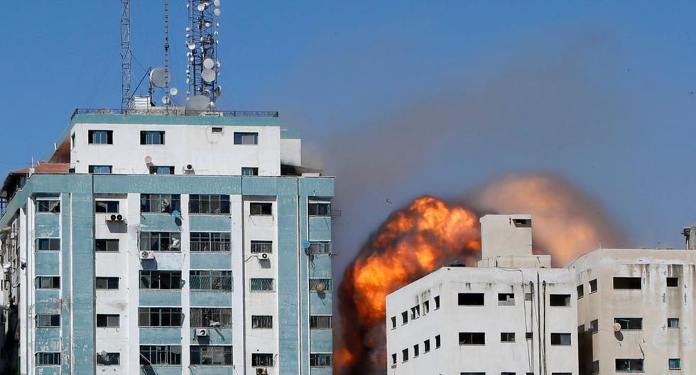 Torre de Gaza que alberga AP y Al Jazeera se ve durante un ataque con misiles en la ciudad de Gaza, el 15 de mayo de 2021.  (REUTERS/Mohammed Salem).