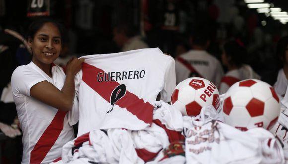 Algunos comerciantes aprovechan la ocasión para hacer negocio con las camisetas. (César Campos)