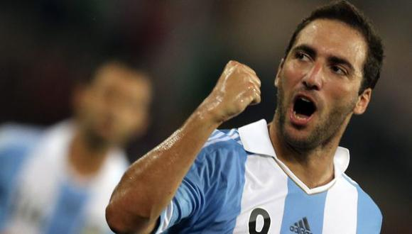 Gonzalo Higuaín se cayó al bajar de yate. (Reuters)