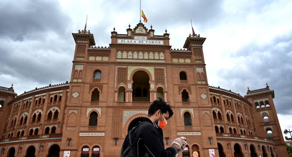 Un hombre que llevaba una mascarilla para protegerse del coronavirus pasa por la plaza de toros de Las Ventas en Madrid el 22 de abril de 2020. (Foto de Gabriel BOUYS / AFP).