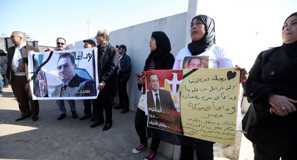 En el evento estuvo los hijos de Mubarak, Gamal y Alaa, su mujer Suzanne y su nieto Omar Alaa, además de los máximos responsables religiosos musulmanes y cristianos coptos. (EFE).