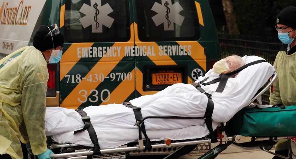 Imagen referencial. Los técnicos de emergencias médicas (EMT) sacan a un hombre del hogar de ancianos Cobble Hill Health Center en Nueva York. (REUTERS/Lucas Jackson).