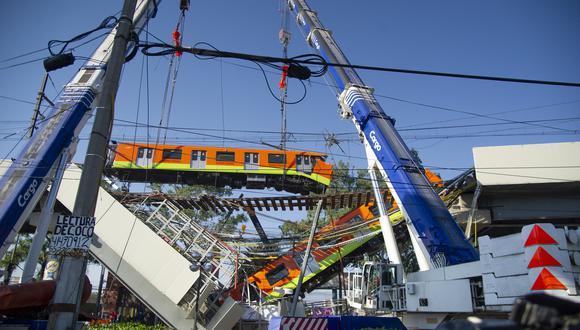 La imagen muestra el sitio de un accidente de tren del metro después de que un paso elevado colapsara parcialmente en la Ciudad de México el 4 de mayo de 2021. (Foto: CLAUDIO CRUZ / AFP)
