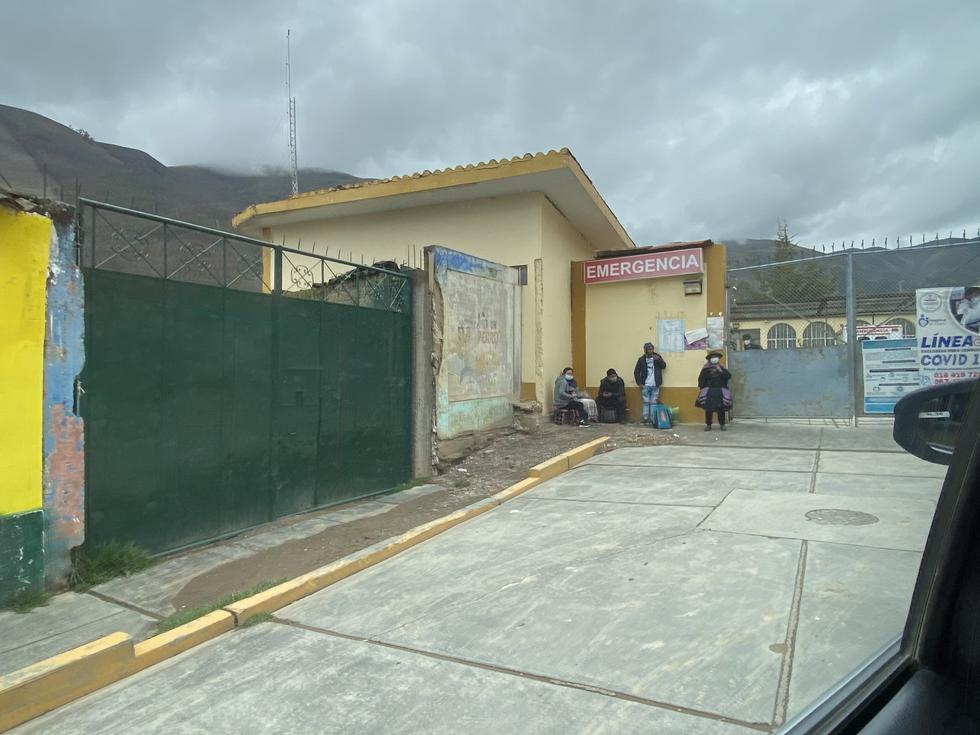 Afuera del hospital de Pampas, personas aguardan ser atendidas por el COVID-19 (Carlos Viguria/Perú21).
