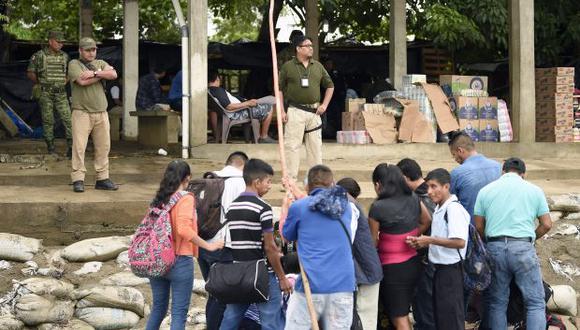 El objetivo del traslado es darle una estancia más segura a los migrantes. En la foto, oficiales de migraciones mexicanos esperan para verificar documentos de migrantes, en Chiapas. (Foto: AFP)