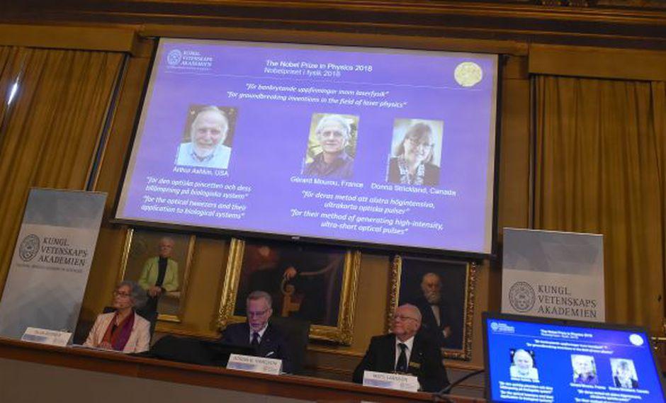 Los miembros del Comité Nobel de Física Olga Botner, Goran K Hansson y Mats Larsson durante el anuncio de los ganadores del Premio Nobel de Física 2018 en la Real Academia de Ciencias de Suecia. (Foto: AFP)