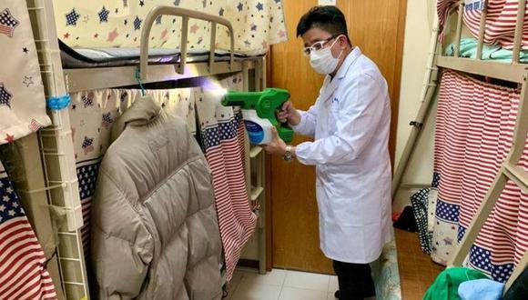 Un hombre demuestra cómo rociar MAP-1, un desinfectante de superficies que un equipo de investigadores universitarios afirmó que ser efectivo contra virus y bacterias, en un apartamento en Hong Kong, China, el 21 de abril de 2020. REUTERS/Yoyo Chow