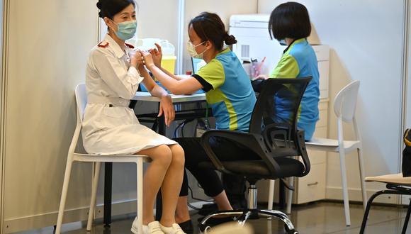 Un trabajador de salud recibe una vacuna COVID-19 en una clínica en Hong Kong, China. (Foto: EFE/EPA/PETER PARKS / Archivo)