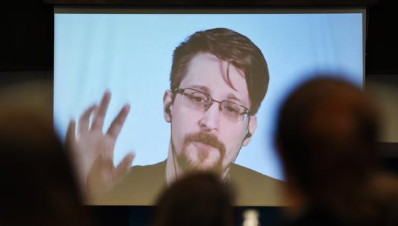 """El excontratista y denunciante de la Agencia de Seguridad Nacional de los Estados Unidos (NSA), Edward Snowden, habla a través de un enlace de video desde Rusia mientras participa en una mesa redonda sobre el tema """"Mejorar la protección de los denunciantes"""" el pasado 15 de marzo de 2019. (Foto de FREDERICK FLORIN / AFP)"""