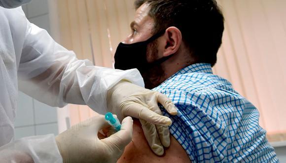 Hasta el momento, hay 12 laboratorios cuyas candidatas están en la fase 3, es decir, están realizando pruebas masivas de eficacia. (Foto: AFP)
