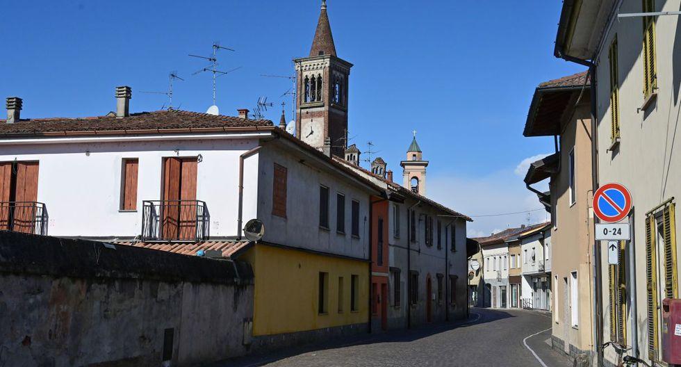Una imagen de la calle principal de Secugnano, el pueblo más cercano a Zorlesco (Italia), también ubicada en la zona roja por el Coronavirus. (AFP).