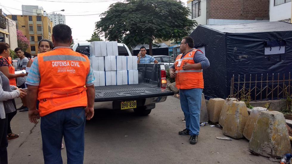 Alcalde de Jesús María, Jorge Quintana, llegó hasta la cuadra 24 de la avenida General Garzón para entregar ayuda a los damnificados por el incendio (Fotos: Difusión)