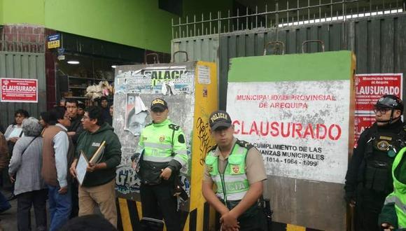 Fiscalizadores de la Gerencia de Transportes de Arequipa colocaron bloques de concreto en el terminal de la empresa Santillana.
