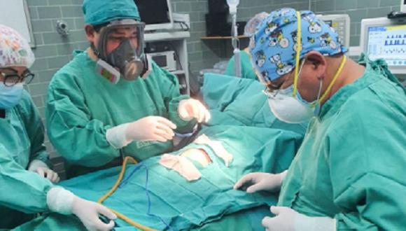 Junín: la operación duró más de tres horas, donde se retiró el tumor que se encontraba adherido a la pared posterior del estómago e invadía la cavidad abdominal. (Foto: EsSalud)
