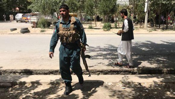 Un policía afgano vigila el sitio de un ataque en Kabul, Afganistán. (Foto: Reuters)