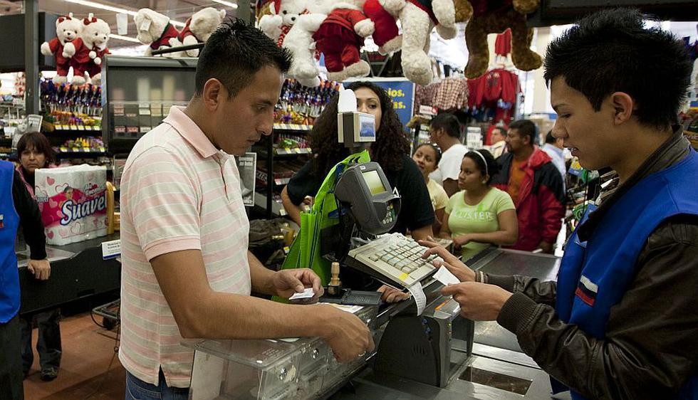 Cajero de supermercado. En 2009 se abrió el primer supermercado de autoservicio en Reino Unido. Además, cada vez son más los consumidores que realizan sus compras por Internet. (Internet)