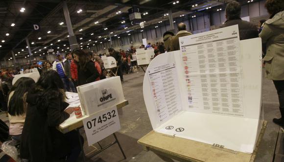 Imagen referencial. Cientos peruanos acudieron a las urnas en España para votar en las elecciones de hace 5 años. (Foto: Víctor Lerena / EFE)