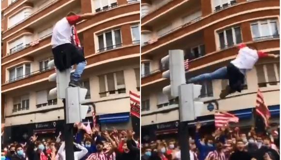 Un joven se sube a un semáforo para saltar sobre un grupo de hinchas y nadie lo atrapa. (Foto: @carrusel / Twitter)