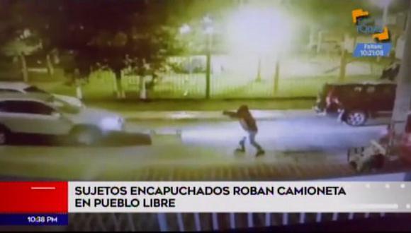 Delincuentes con arma en mano robaron una camioneta en la cuadra 11 del Parque del Carmen, en Pueblo Libre. (Foto: América Noticias)
