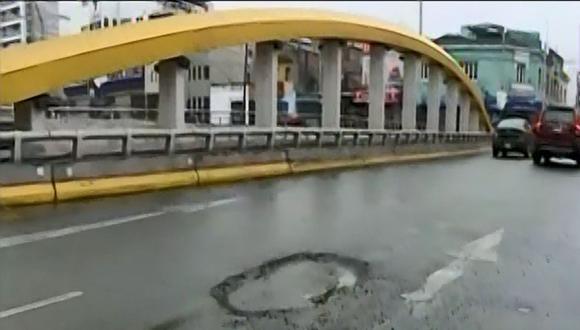 Jorge Muñoz se mostró indignado por los daños presentados en el puente Leoncio Prado. (Foto: Captura/Latina)