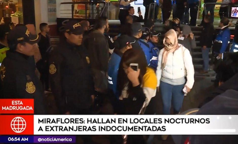 Tras la intervención, las 22 féminas fueron llevadas a la Dirección de Extranjería para determinar su situación migratoria.(América Tv)