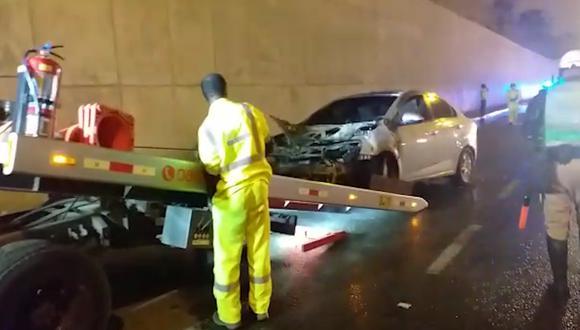 El conductor transitaba por la vía rápida cuando divisó que empezó a salir fuego de su motor.  (Municipalidad de Surco)