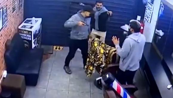 Los delincuentes llegaron en un automóvil e ingresaron con arma de fuego al local. (Captura de video)