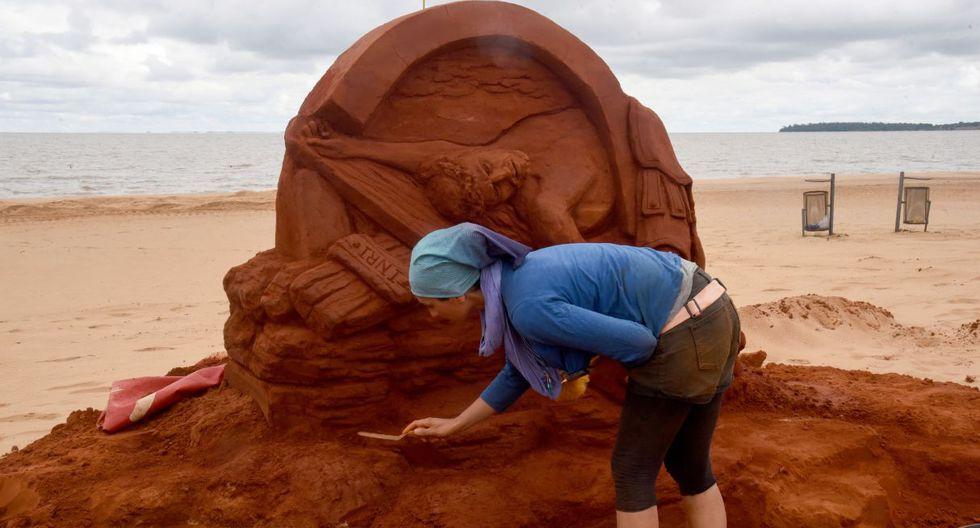 Estaciones del Vía Crucis esculpidas en arena a orillas del río Paraná. (Foto: AFP)