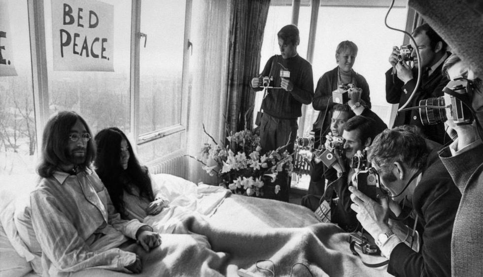 Áparecen imágenes perdidas del documental que grabaron John Lennon y Yoko Ono en la cama durante su luna de miel. (Foto: AFP)