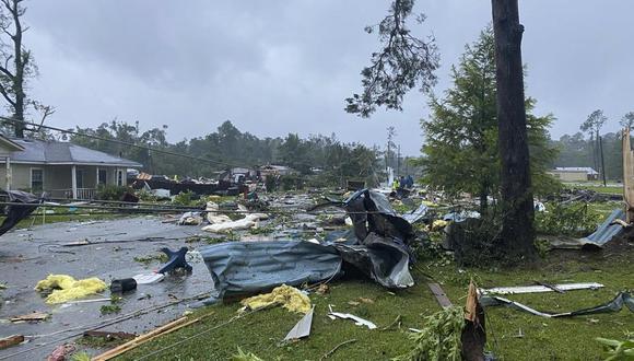 Esta foto proporcionada por Alicia Jossey muestra escombros cubriendo la calle en East Brewton, Alabama, el sábado 19 de junio de 2021. Las autoridades de Alabama dicen que un presunto tornado provocado por la tormenta tropical Claudette demolió o dañó gravemente al menos 50 casas en la pequeña ciudad. justo al norte de la frontera de Florida. (Alicia Jossey vía AP)