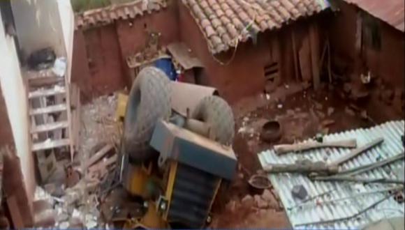 Cusco: Aplanadora cayó encima de una casa y familia se salva de morir. (RPP)