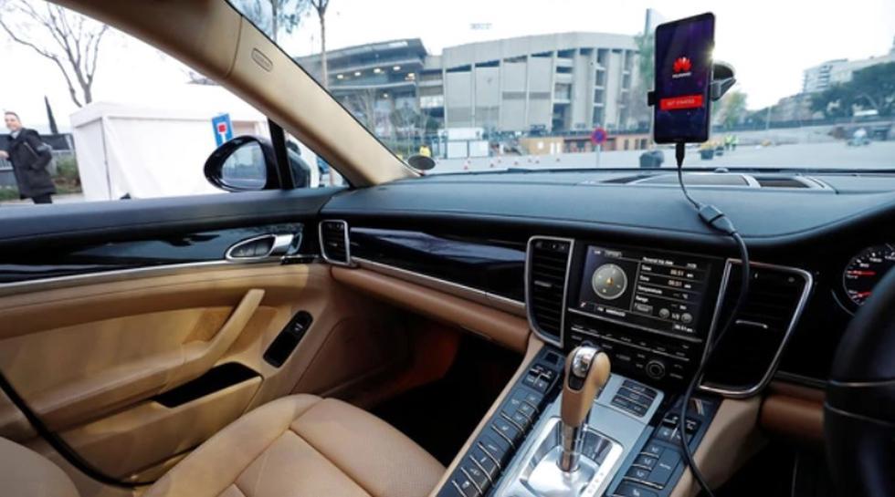 El gigante chino de las telecomunicaciones Huawei presentó un vehículo conducido desde un smartphone mediante Inteligencia Artificial (IA), en el Mobile World Congress 2018 (MWC) de Barcelona. (Huawei)