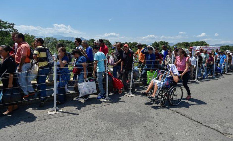 La gente cruza el puente internacional Simón Bolívar de Cúcuta, Colombia, a San Antonio, Táchira, Venezuela. (Foto: AFP)