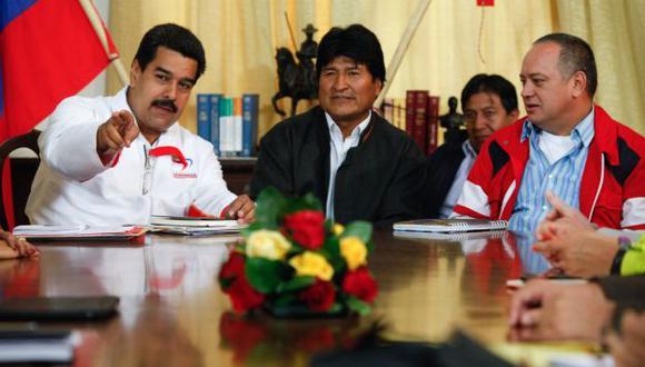 POR CHÁVEZ. Maduro (izquierda) recibió al presidente boliviano, Evo Morales, quien llegó a Caracas. (Reuters)