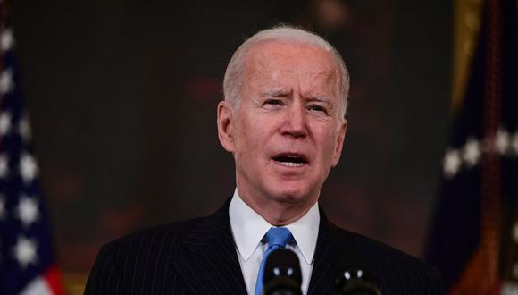 """En una intervención en la Casa Blanca, Biden dijo que están en el buen camino """"para tener suficiente vacunas para todos los adultos a finales de mayo"""", y no a finales de julio, como pronosticó en febrero. (Foto: JIM WATSON / AFP)"""