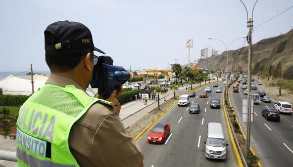 Agentes policiales, ubicados en cinco puntos variables, utilizarán cinemómetros. (GEC)