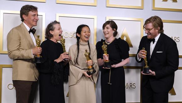 """Los productores Peter Spears, Frances McDormand, Chloe Zhao, Mollye Asher y Dan Janvey, ganadores del premio a la mejor película por """"Nomadland"""", posan en la sala de prensa de los Oscar el 25 de abril de 2021 en Union Station en Los Angeles. (Foto de Chris Pizzello / AFP)."""