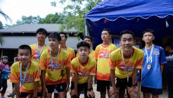 Entrenador Eakapol Chanthawong agradeció la ayuda internacional que recibieron durante el rescate. (Foto: AFP)