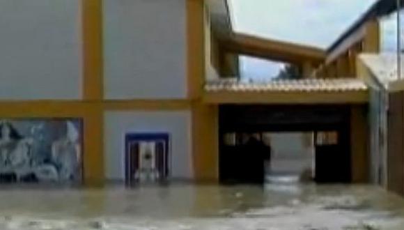 Catacaos: 100 niños permanecen atrapados en el techo de un colegio tras las lluvias en Piura. (Captura)